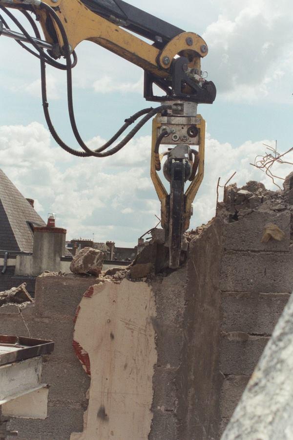 Cisaille à ferrailles montée sur robot de démolition BROKK 90