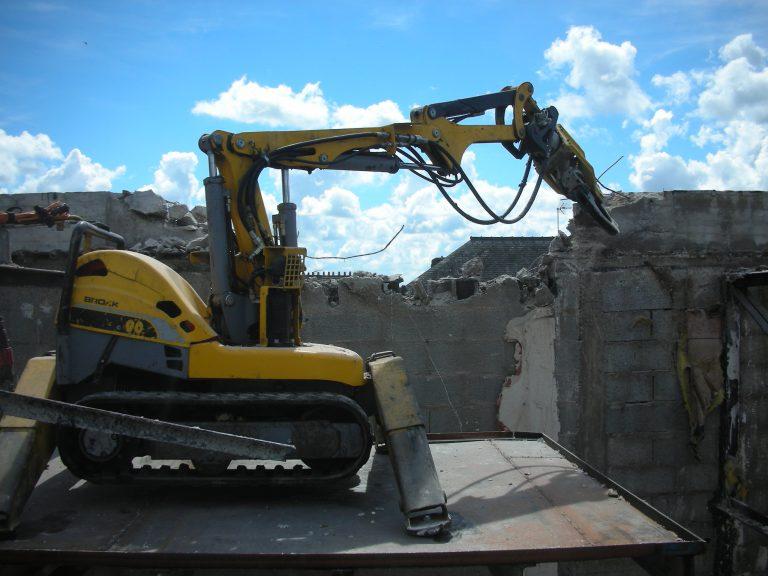 Robot de démolition télécommandé à distance pour protection des salariés en chantier difficilement accessible