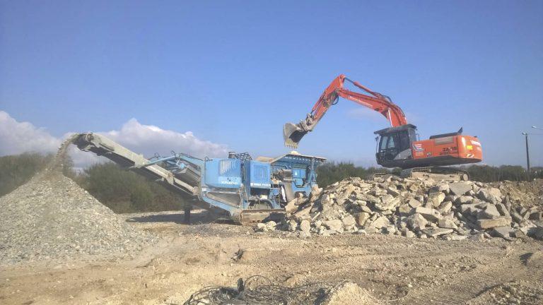 Concassage de béton sur chantier pelle HITACHI montée sur rampe pour accessibilité