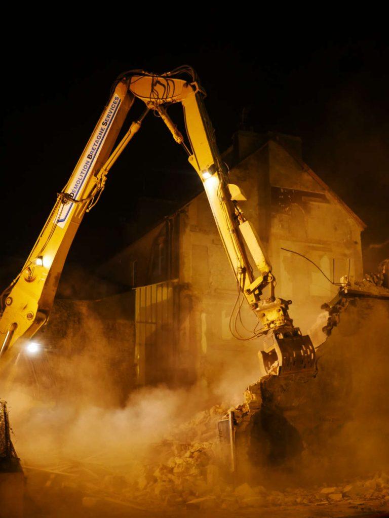 Fin-demolition-immeuble-vannes-avce-pelle-caterpillar-330DL